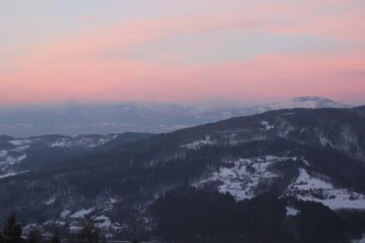 Widok na Beskid Śląski z Góry Żar. Na pierwszym planie Czupel