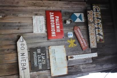 Tabliczki na drzwiach Chatki Pod Potrójną