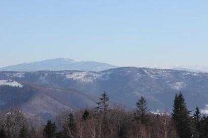 Góra Żar (z lewej) i Babia Góra (w tle). Po prawej Tatry (w tle)