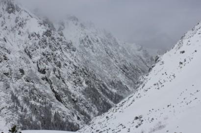 Turnie nad Doliną Roztoki zimą