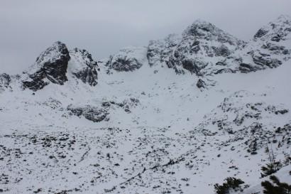 Kościelec (z lewej) i Świnica (najwyższa) zimą