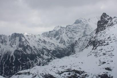 Mnich (z prawej) i Rysy (szczyt za mgłą za Mnichem) zimą