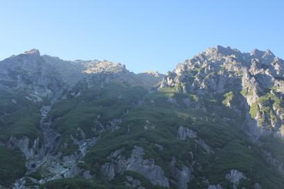 Kilkusetmetrowe turnie górujące nad Doliną Roztoki