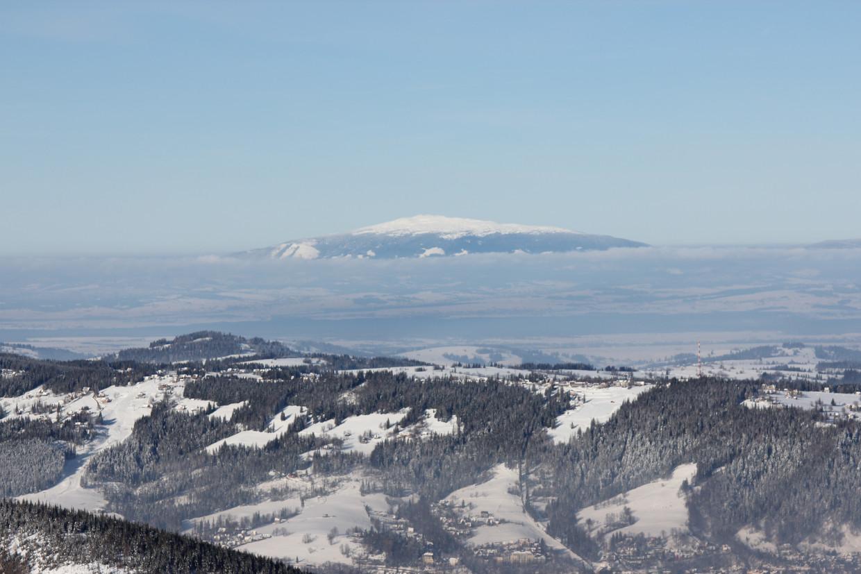 Babia Góra zimą widziana z Przełęczy między Kopami