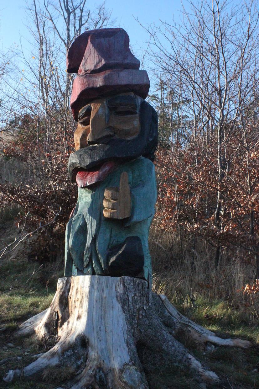 Drewniana rzeźba krasnala